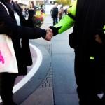 Buying the air pump from a man at Alexanderplatz #ebaykleinanzeigen (Photo: Pablo Rojas)