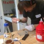 DIY agarose gel electrophoresis (@shd_berlin)